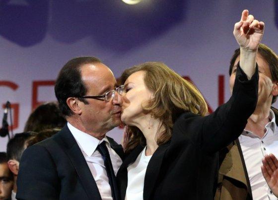 AFP/Scanpix nuotr. /Francois Hollande'as ir jo mylimoji Valerie Trierweiler