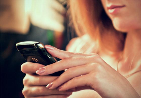 Tomo Permino/15min.lt nuotr./Išmaniuoju telefonu besinaudojanti mergina