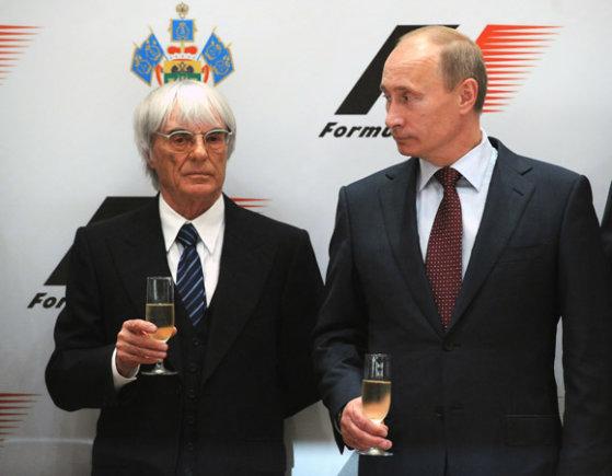 """AFP/""""Scanpix"""" nuotr./B.Ecclestone'as ir V.Putinas pasirašė sutartį dėl F1 lenktynių Rusijoje"""