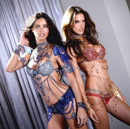 """Victoria's Secret"" nuotr./Adriana Lima ir Alessandra Ambrosio su ""Fantasy Bra"" liemenėlėmis"
