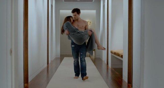 """Kadras iš vaizdo įrašo/Jamie Dornanas ir Dakota Johnson filme """"Penkiasdešimt pilkų atspalvių"""""""