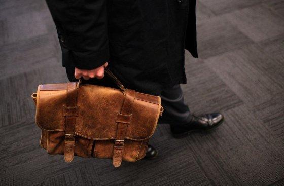 "AFP/""Scanpix"" nuotr./Rudas portfelis ne visiems atrodo gera dovana"