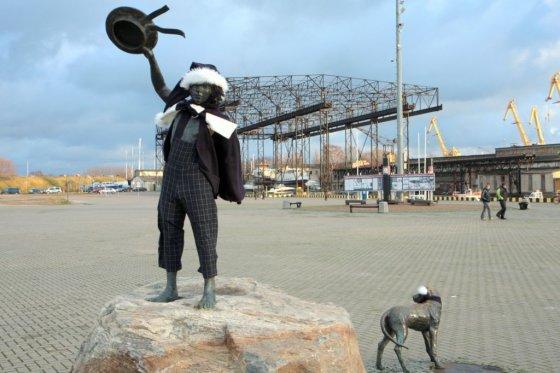 Dalios Grikšaitės nuotr./Į Klaipėdos uostą įplaukiančius laivus pasitinkantis berniukas pasidabino nauju kostiumu.