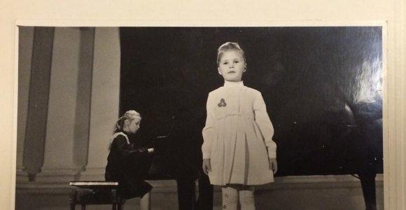 Ar atpažįstate, kurios garsios seserys įamžintos šioje vaikystės nuotraukoje?