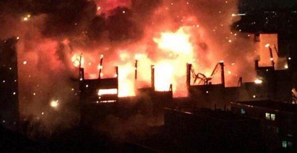Didžiausias gaisras Maskvoje per 25 metus, girdėjosi sprogimai