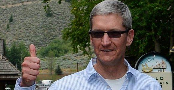 """""""Apple"""" vadovo nuotrauka, daryta """"Super Bowl"""" metu, sukėlė abejonių dėl """"iPhone"""""""
