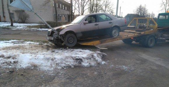 """Utenoje nuo ryto girtas """"Mercedes-Benz"""" vairuotojas rėžėsi į kelio ženklą"""