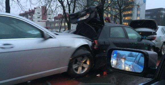 """Ketvirtadienio avarija Vilniuje: """"Audi"""" """"sumuštinis"""" tarp dviejų BMW"""
