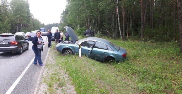 """Pirčiupiuose po smūgio į """"Mercedes"""" visureigį girtuoklio """"Audi"""" pametė galinį tiltą"""