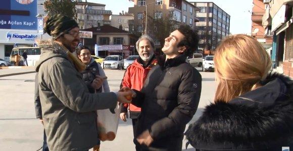 Staigmena kurčiam vyrui: visi kaimynai slapta išmoko gestų kalbą