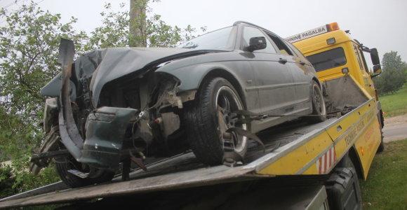 Su BMW Krekenavoje siautėjusi girta kompanija per naktį sukėlė dvi avarijas