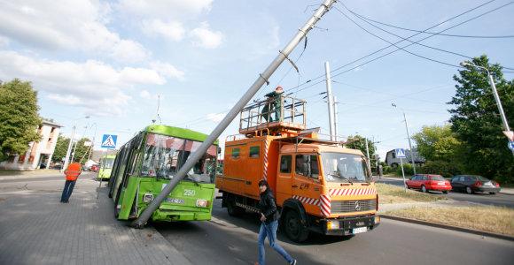 Kaune troleibusas išvertė stulpą, sužeisti keleiviai