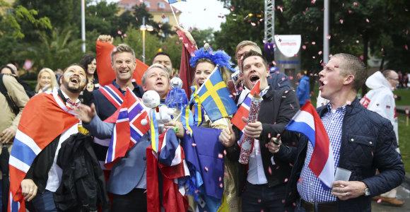 """Išsipustę """"Eurovizijos"""" gerbėjai mirko lietuje, bet į Vienos """"Stadthalle"""" areną skubėjo geros nuotaikos"""