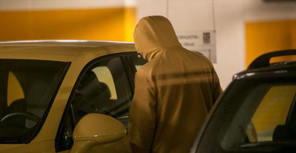 Marijampolėje su grąžtu prie automobilių pasisukioję jaunuoliai išvežti į komisariatą