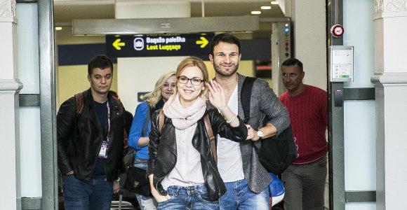 """Iš Vienos parskridę Vaidas Baumila ir Monika Linkytė oro uoste pradėjo naują """"Eurovizijos"""" tradiciją"""