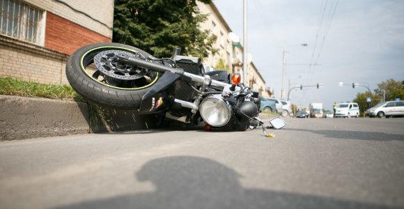Kaune į taksi automobilį atsitrenkęs motociklininkas pametė padangą