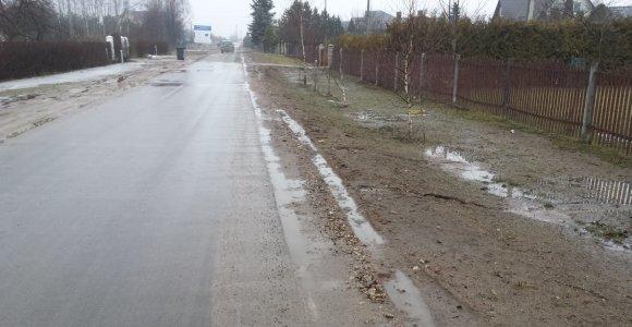 Po vandentiekio tiesimo darbų Trakų Vokės gyventojai klampoja per purvynus
