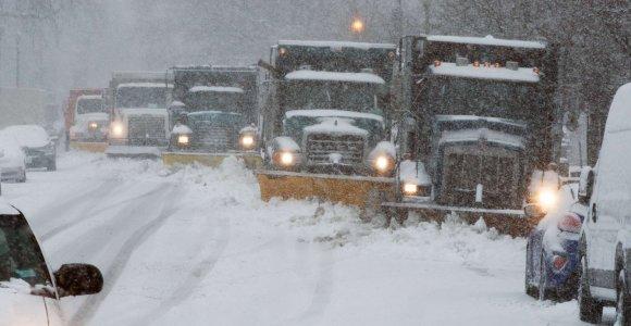 JAV kausto pūga: šimtai sunkvežimių įstrigo greitkelių pusnyse