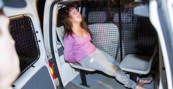 """3,22 prom. vertas """"nuotykis"""": avariją sukėlusi girta ant kelio sėdėjusi moteris sutramdyta tik antrankiais"""