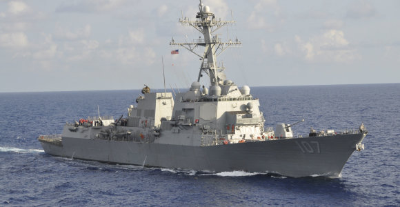 """Maskva piktinasi: """"USS Gravely"""" pavojingai arti priartėjo prie Rusijos karo laivo"""