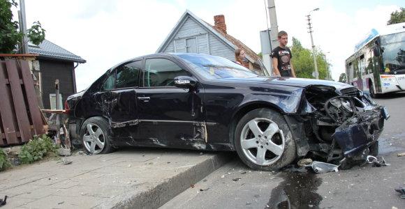 """Juodas panevėžiečio šeštadienis: apdaužytas """"Volvo"""", išversta tvora ir suniokotas paties """"Mercedes"""""""