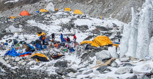 Nepale visi alpinistai evakuoti iš aukštųjų stovyklų ant Everesto šlaitų