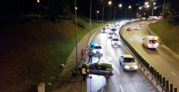 """Vilniuje """"Nissan"""" su klevo lapu taranavo Geležinio Vilko gatvės stulpą ir atitvarus"""
