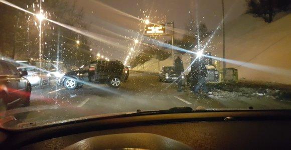 """Vilniuje """"Toyota"""" vairuotojas taranavo sniegą valiusį """"Bobcat"""""""