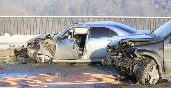 Vilniuje ant Valakampių tilto susidūrė trys automobiliai: ugniagesiai vadavo prispaustus žmones