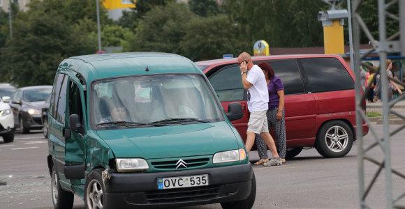 Šiauliuose budrumą akimirkai praradęs vairuotojas atsitokėjo tik pajutęs smūgį