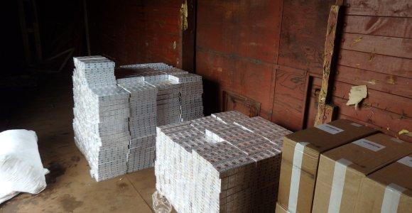 Geležinkelio vagone muitininkai aptiko 300 tūkst. eurų vertės rūkalų kontrabandą