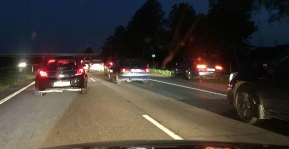 Automagistralėje – kilometrinė spūstis dėl avarijos: automobiliai lėkė į griovius