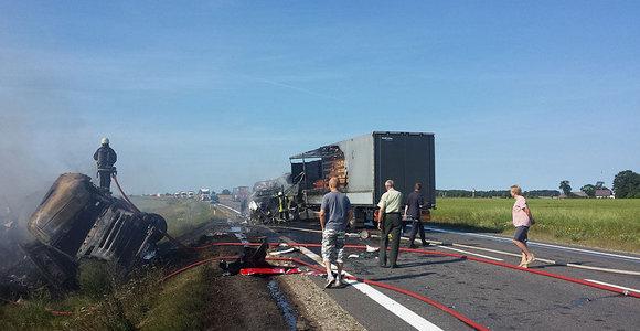 """Kelyje """"Via Baltica"""" netoli Marijampolės susidūrė du vilkikai, abu užsidegė, viename vilkike sudegė žmogus"""