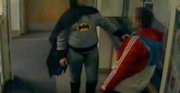 """Didžiosios Britanijos """"Betmenas"""" atskleidė savo tapatybę ir profesiją"""
