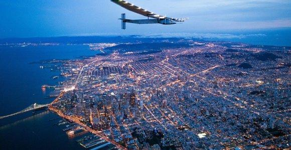 Saulės energija varomas lėktuvas perskridęs Ramųjį vandenyną nusileido Kalifornijoje