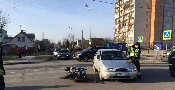 """Panevėžyje keliu nepasidalino automobilis """"Ford Fiesta"""" ir motociklas"""