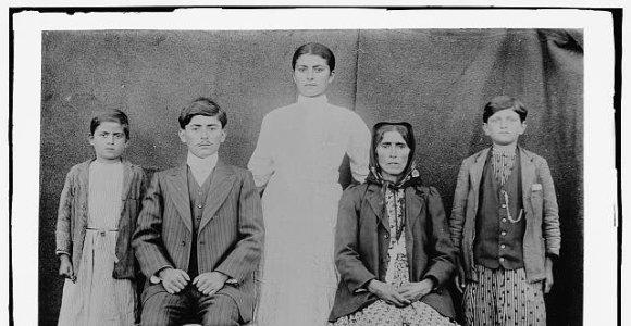 Kodėl senose nuotraukose žmonės nesišypsodavo?