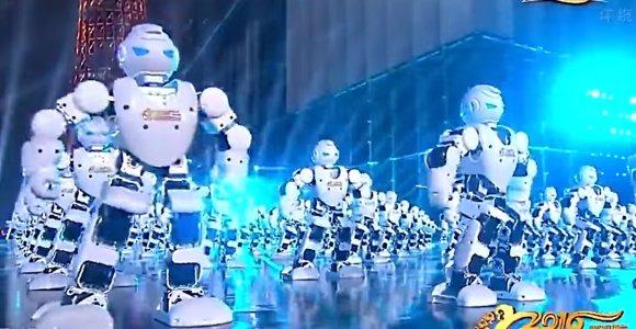 """540 šokančių robotų ir 29 """"dronai"""" – taip kinai sutiko Naujuosius metus"""