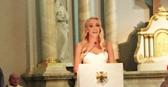 Jaudinanti Liepos Mondeikaitės vestuvių akimirka: nuotaka bažnyčioje atliko giesmę