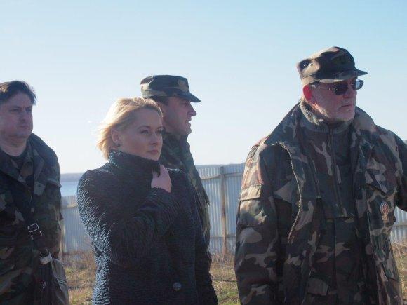 NŽT vadovė Daiva Gineikaitė kartu su VSAT pareigūnais vietoje įvertino lauko darbus, demarkuojant Lietuvos-Rusijos sieną.