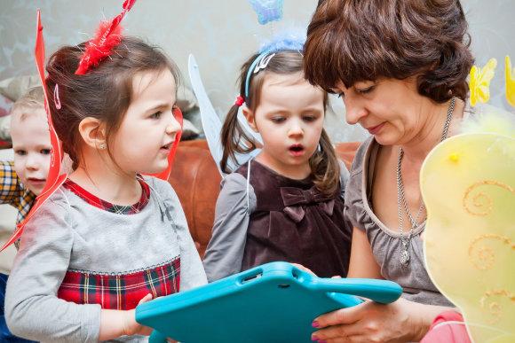 Fotolia nuotr./Auklė žaidžia su vaikais