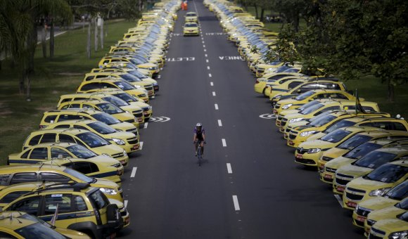 """""""Reuters""""/""""Scanpix"""" nuotr./Brazilijos taksistai protestuoja prieš programėlę """"Uber"""""""