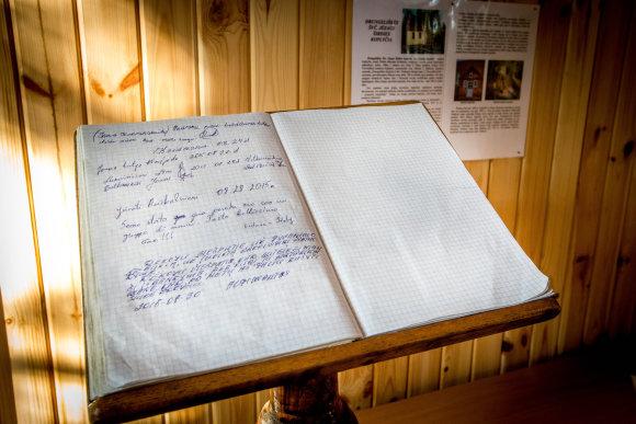 Vidmanto Balkūno/15min.lt nuotr./Drungeliškės (Gvaldų) koplyčioje esanti lankytojų knyga geriau nei bet kas atskleidžia, kokių malonių tikisi čia apsilankę tikintieji.