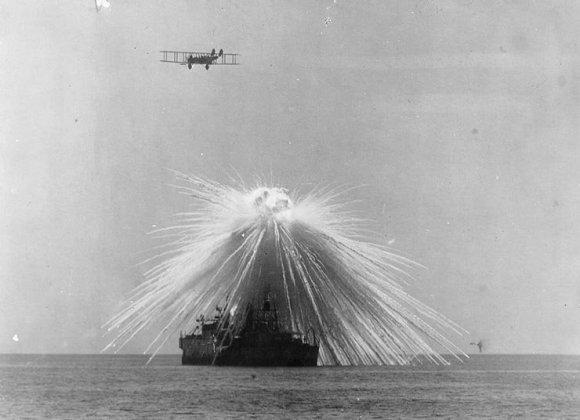 Wikimedia commons iliustr./Baltojo fosforo aviacinė bomba nuskandino į JAV linijinį laivą Alabama, 1921 m. buvo atlikta demonstracija, kaip aviacija gali nuskandinti ir pačius galingiausius karo laivus.