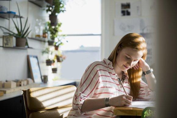 Vida Press nuotr./Moteris dirba kavinėje