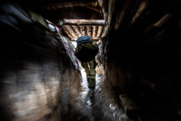 Vidmanto Balkūno/15min.lt nuotr./Olegas Basas-Sanitaras skrieja Marjinkos priešakinėmis gynybinėmis linijomis