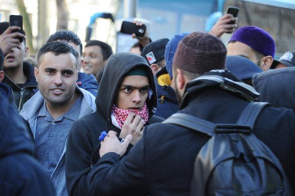 """""""Scanpix""""/Xposurephotos.com nuotr./Į piketą susirinkę musulmonai ramino vieni kitus."""