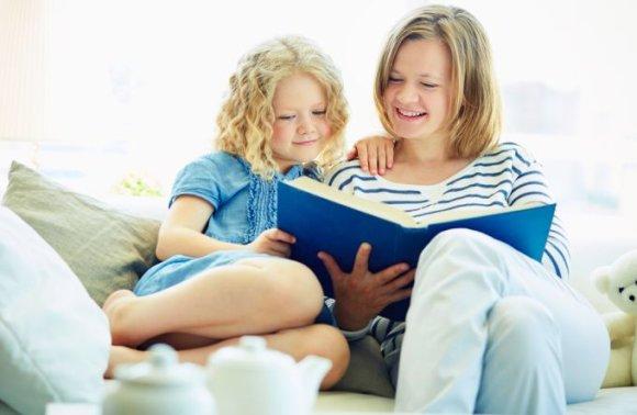 Shutterstock nuotr./Mergaitė ir mama skaito pasaką