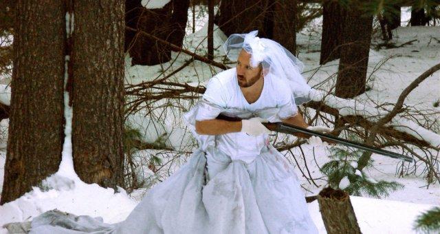 Paliktas vyras atrado 101 būdą, kaip panaudoti buvusios žmonos vestuvinę suknelę