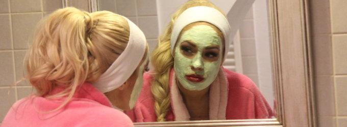 Kūdikio besilaukianti Oksana Pikul-Jasaitienė mankštą daro vonioje